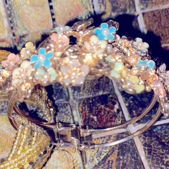 New w/o Tags goldtone flowers accent bangle ladies bracelet